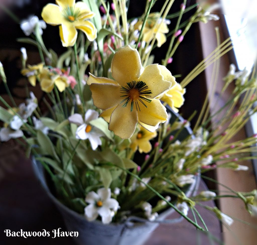 SIMPLE EASTER AND SPRING DECORATING IDEAS FOR YOUR HOME. YELLOW SPRING FLOWERS
